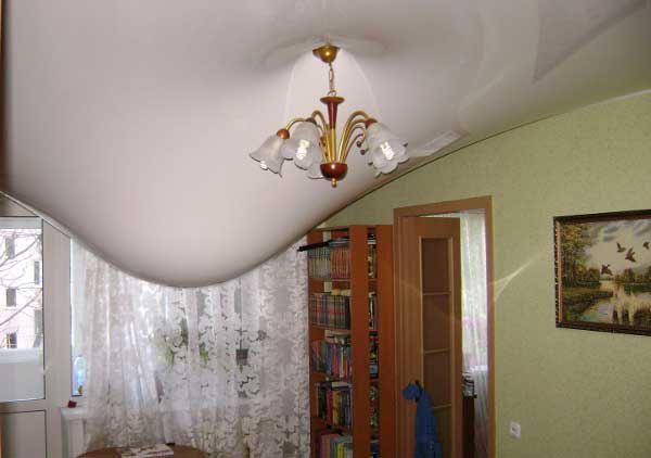 слить воду из натяжного потолка