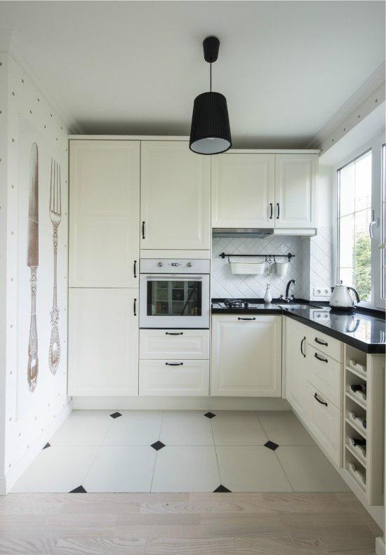 Кухонный гарнитур вдоль окна
